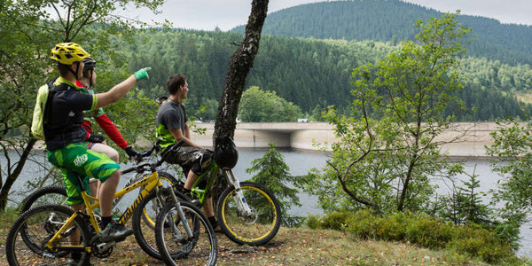 Mountainbiker am See